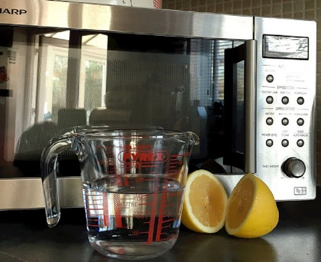 Làm sạch lò bằng cam hoặc chanh