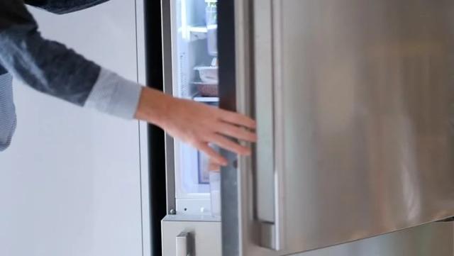 Nếu bạn nghe thấy tiếng động lạch cạch gần đáy tủ lạnh, thì thủ phạm có khả năng là khay thoát nước