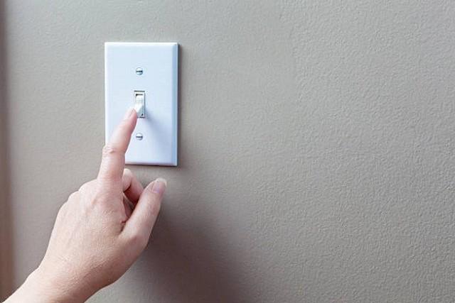 Ngắt điện cầu chì và kiểm tra an toàn điện trước khi tháo máy điều hoà