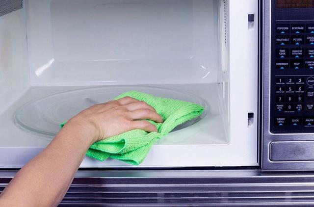 Thường xuyên làm vệ sinh cho lò vi sóng là cách sử dụng lò vi sóng hiệu quả nhất và gia tăng tuổi thọ sản phẩm