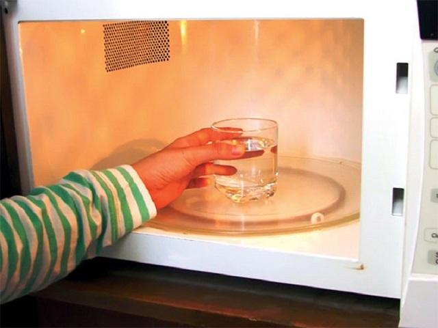 Vì sao cần vệ sinh lò vi sóng thường xuyên?